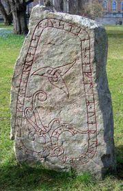 Batu prasasti bertulisan abjad Rune di Uppsala, Swedia