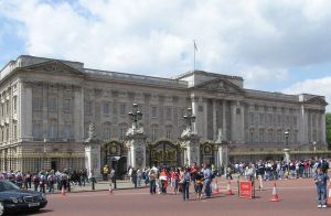 800px-Buckingham.palace.london.arp
